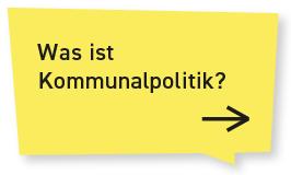 """EIn Kachelmuster, das aus drei Reihen mit je drei Sprechblasen besteht. Die Sprechblasen sind bunt (rot, gelb, orange). Jede einzelne Sprechblase trägt ein eigenes Thema und verlinkt zur entsprechenden Seite. Jede Sprechblase hat einen eigenen Alternativtext. Dies ist die erste Sprechblase. Sie ist gelb und auf ihr steht: """"Was ist Kommunalpolitik?"""" - sie ist verlinkt. Klickt man auf die Sprechblase kommt man auf die Seite zum Thema Kommunalpolitik."""