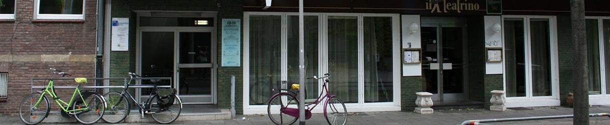 Foto des Eingangsbereichs der LAG Geschäftsstelle in Münster. Auf dem Bürgersteig sind Fahrräder angelehnt.