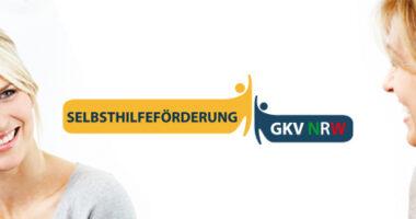 Bild von vier Personen, die sich unterhalten sowie das Logo der GKV Selbsthilfeförderung NRW.