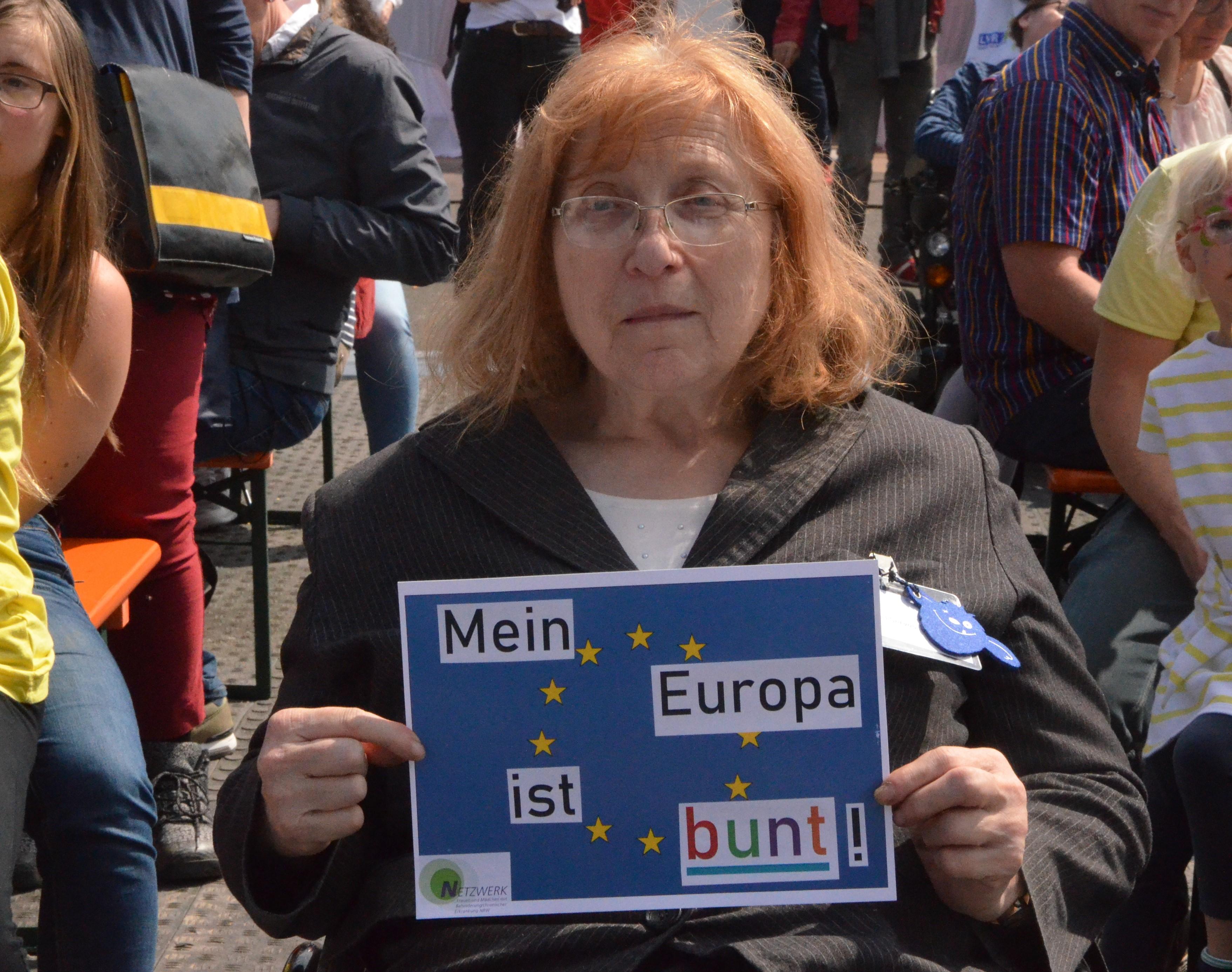 Netzwerk-Sprecherin Gertrud Servos mit einem unserer Poster zur Europa-Wahl.