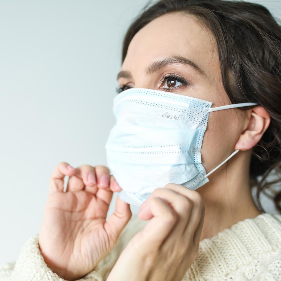 Eine Frau mit Mund-Nasenschutz.