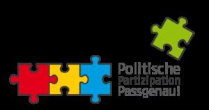 Logo des Projektes Politische Partizipation Passgenau: Drei bunte Puzzleteile stehen nebeneinander und greifen ineinander, daneben die Schrift Politische Partizipation Passgenau. Rechts auf der Schift ist ein weiteres, grünes Puzzleteil.