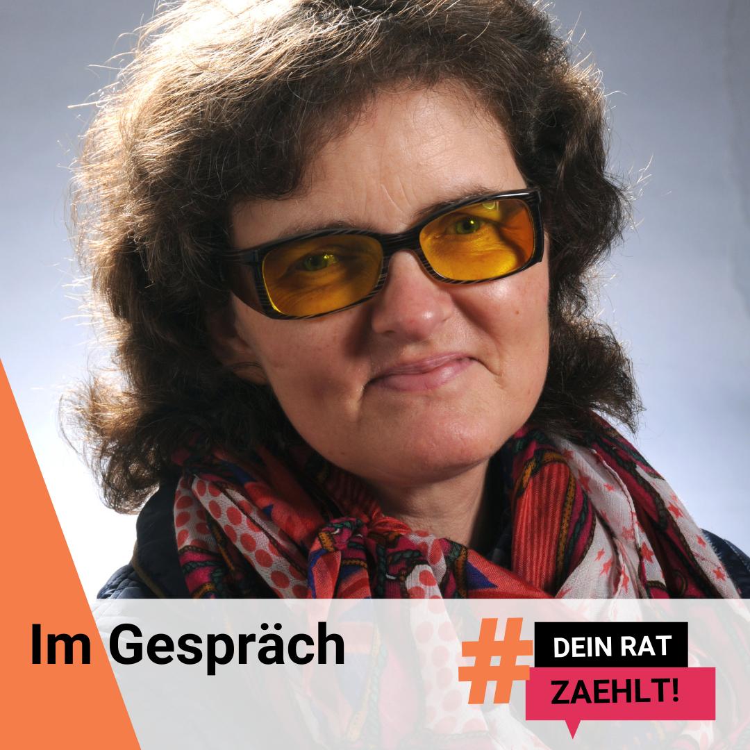 """Christiane Bernshausen lächelt in die Kamera. Darauf steht der Text: Im Gespräch. Und das Logo der Kampagne """"Dein Rat zählt!"""""""
