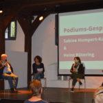 In einem Podiumsgespräch berichten Sabine Humpert-Kalb (3. v. l.) und Heinz Rütering über ihre Erfahrung und ihr Engagement in der Kommunalpolitik. Foto: KSL Münster
