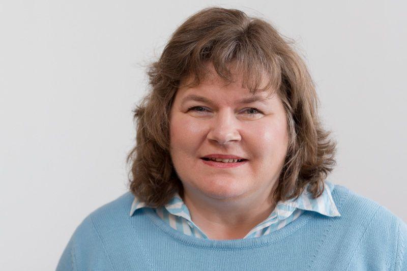 Sabine Früke blickt lächelnd in die Kamera