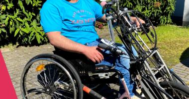 Foto von Hafid S. mit seinem Handbike. Logo DeinRatzählt