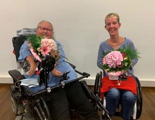 Bild von Frau Hanisch (links) und Frau Lemkens (rechts). Beide Damen haben einen Blumenstrauß in der Hand.