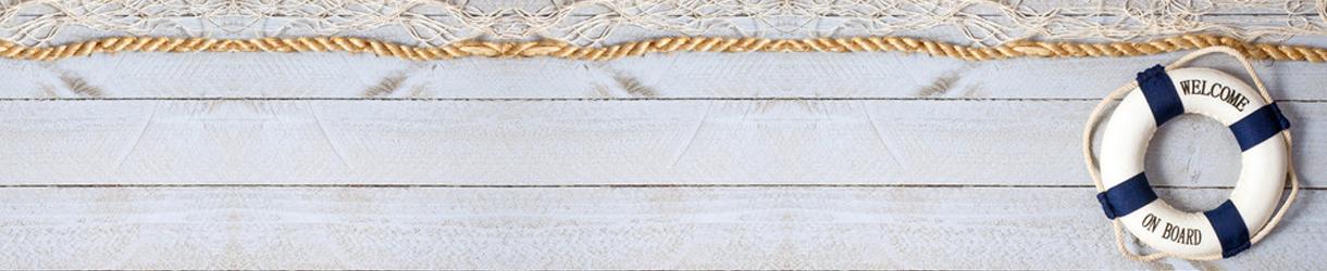 Bild von einer Holzwand mit einem Rettungsring.