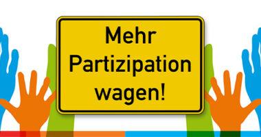 """Bild mit vielen bunten Händen, die ein Ortsschild mit der Aufschrift """"Mehr Partizipation wagen!"""" halten."""