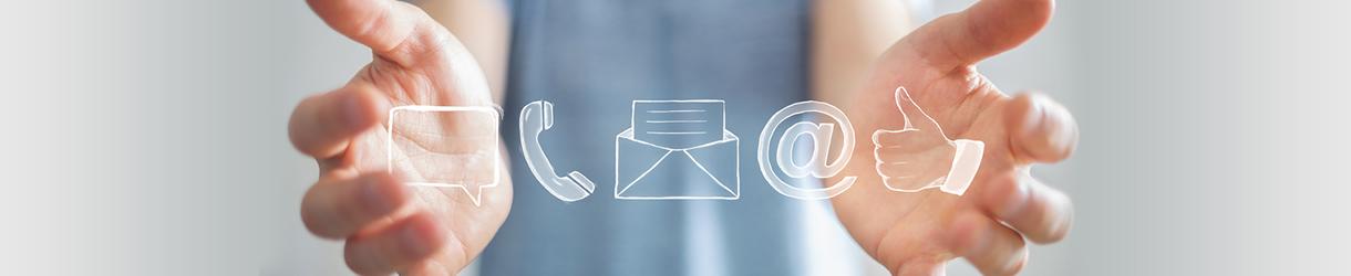 Bild von zwei Händen, die Symbole von Kontaktmöglichkeiten zeigen.