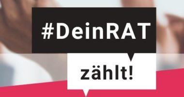 """Ein verschwommenes Bild mit gehobenen Händen, in der Mitte zwei Sprechblasen in denen steht: Dein Rat zählt! links steht: """"Eine Kampagne von"""", darunter die Logos des Projektes """"Politische Partizipation Passgenau!"""" und der Kompetenzzentren Selbstbestimmt Leben NRW. Recht steht: Folg uns auch auf Instagram."""