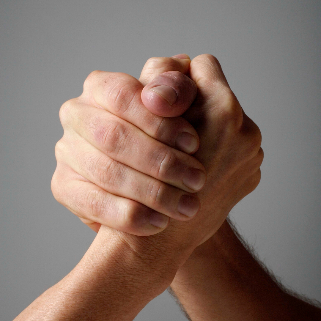 Zwei Hände, die ineinander greifen