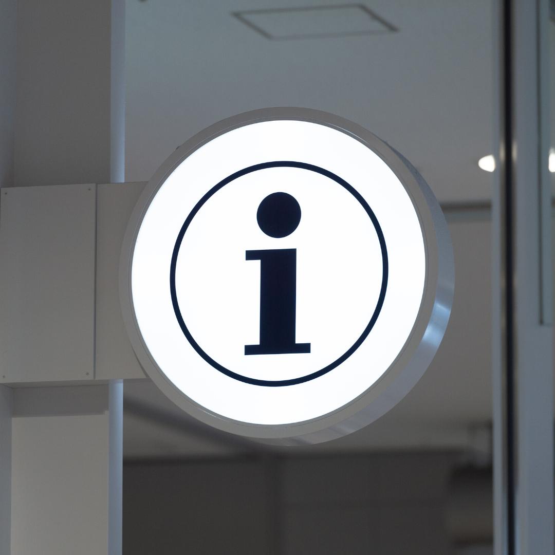 Ein Hinweisschild mit einem I für Information