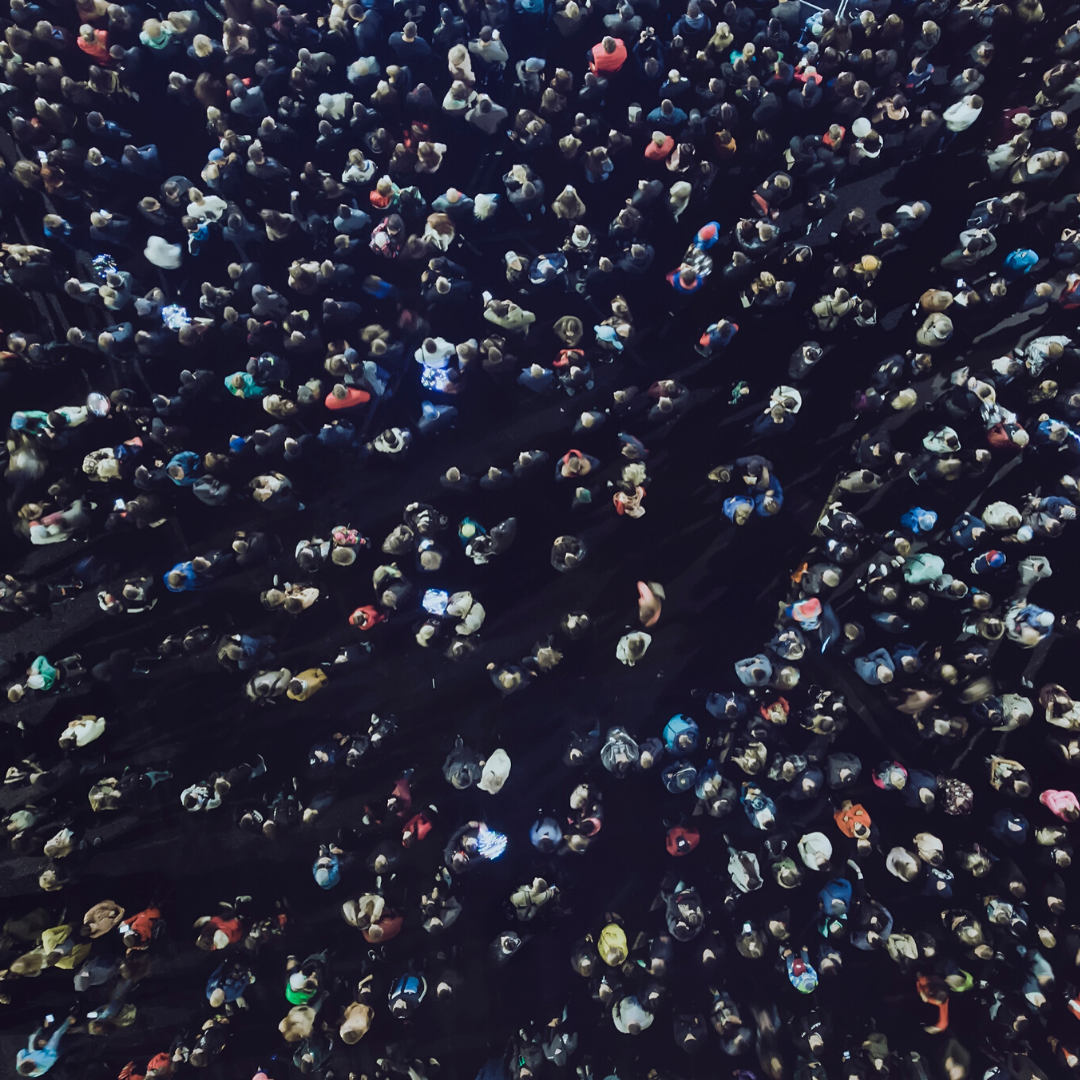 Eine Menschenmenge von oben