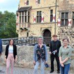 Das Veranstaltungsteam gemeinsam mit Landrat Dr. Christian Schulze-Pellengahr (rechts) und Sozialdeszernent des Kreises Detlef Schütt (links) auf dem Gelände der Burg Vischering in Lüdinghausen.