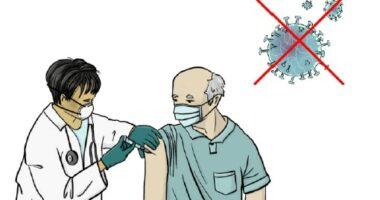 Eine Zeichnung: Eine Ärztin gibt einem älteren Mann eine Spritze in den Oberarm. Rechts oben ist eine vereinfachte Darstellung eines Corona-Virus, das rot durchgestrichen ist.
